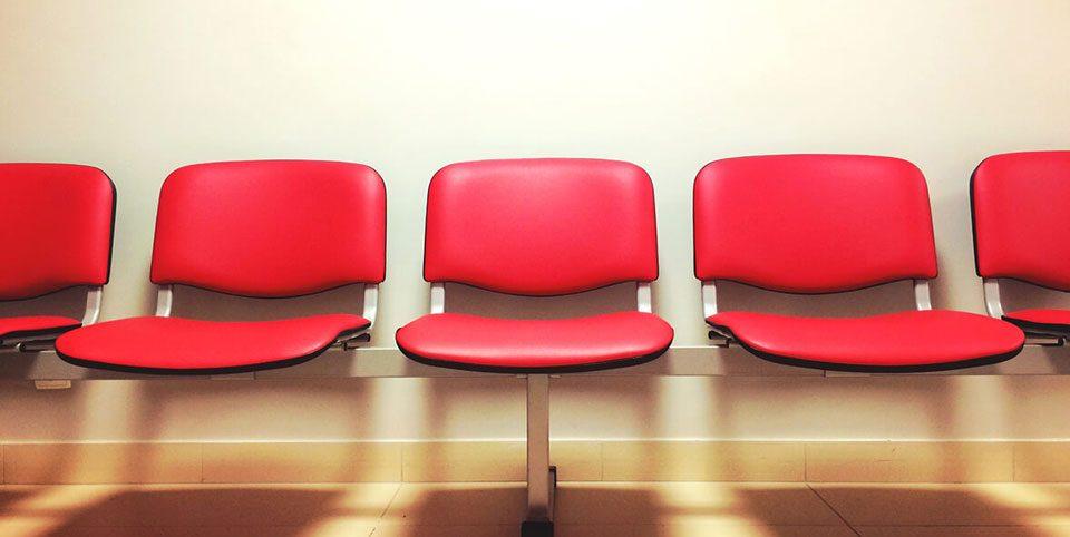 Rote Sitze in einem Wartezimmer
