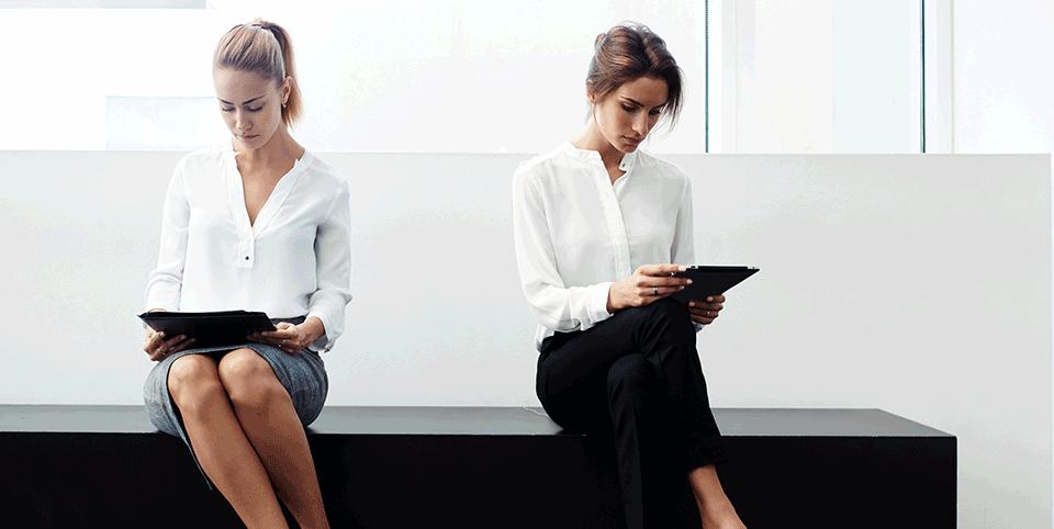 Zwei Frauen im Wartezimmer an Tablets