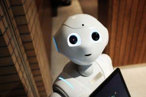 Kleiner weißer Roboter als Assistent