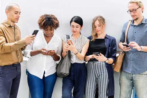 Leute mit Smartphones