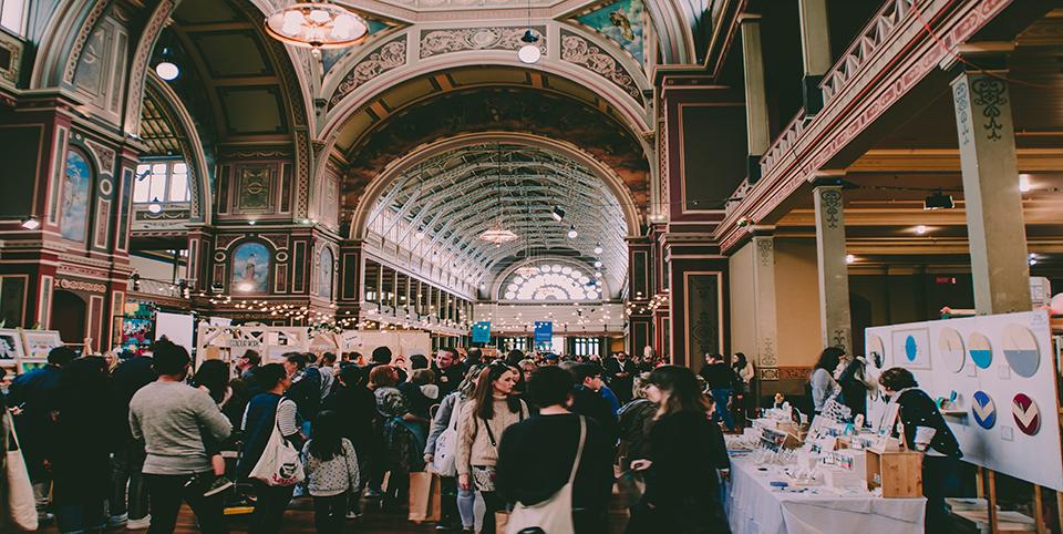 Große Halle voll mit Menschen
