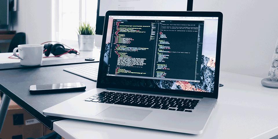Laptop mit Code