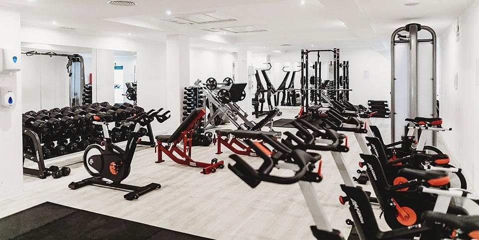 Fitnessstudio mit verschiedenen Geräten