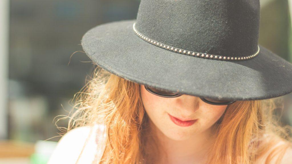 Frau mit Sonnenhut
