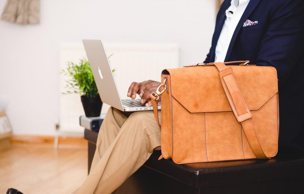 Geschäftsmann arbeitet an einem Laptop