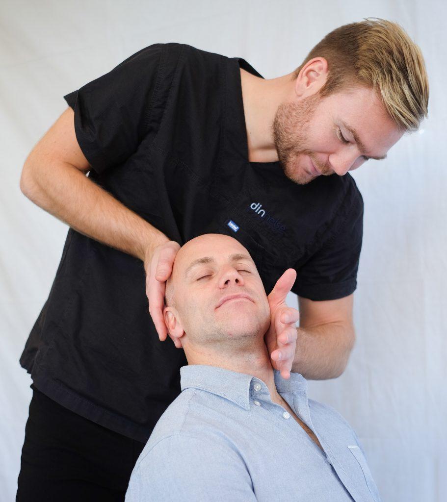Wohltuende Kopfmassage zur Entspannung der Kunden