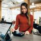 Frau bezahlt mit Karte in einem Geschäft