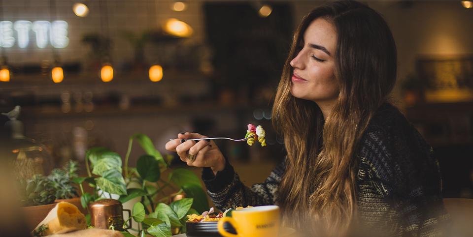 Frau isst in einem Restaurant