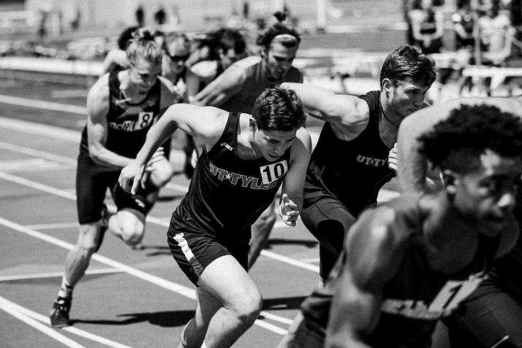 Sprinter rennen auf einer Bahn gegeneinander