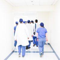 Ärzte und Krankenschwestern in einem weißem Flur