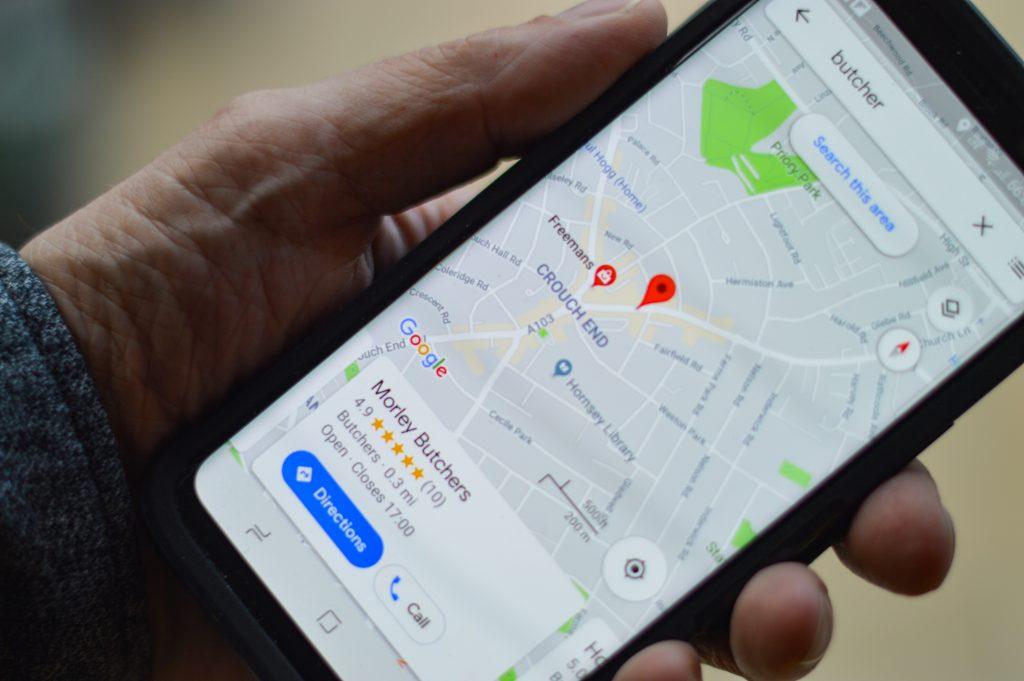 Handy mit Google Maps geöffnet