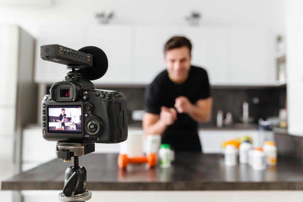 junger Mann filmt ein Kochvideo