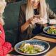 zwei Frauen in einem Restaurant