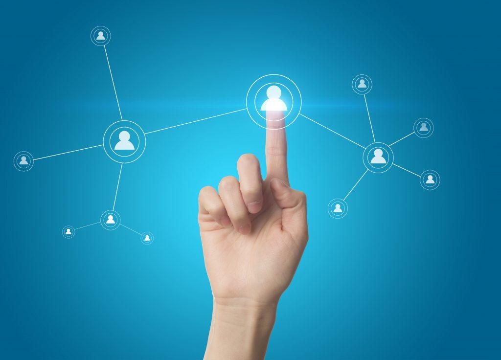 Hand mit einem digitalen Netzwerk