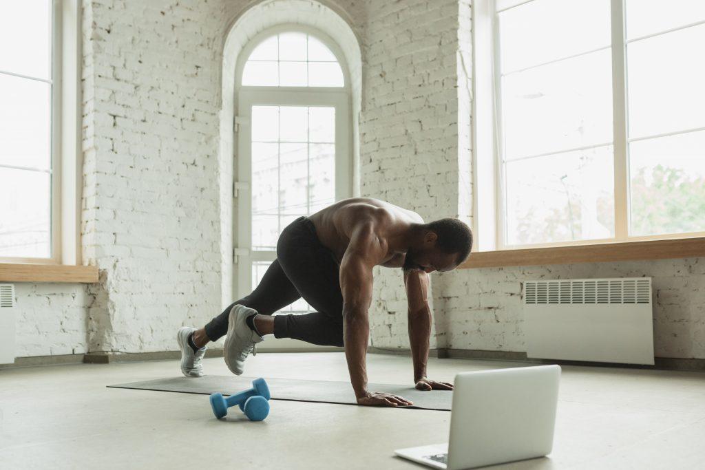 Mann trainiert Zuhause