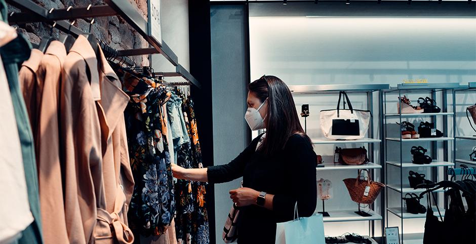 Frau in Geschäft