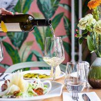 Tisch mit Essen und Wein