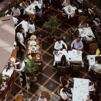 Volles Restaurant von oben