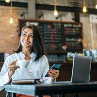 Frau in einem Cafe