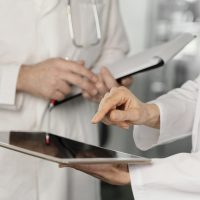 Zwei Ärzte mit Tablets