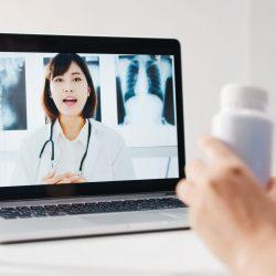 Ärztin führt eine Sprechstunde per Video